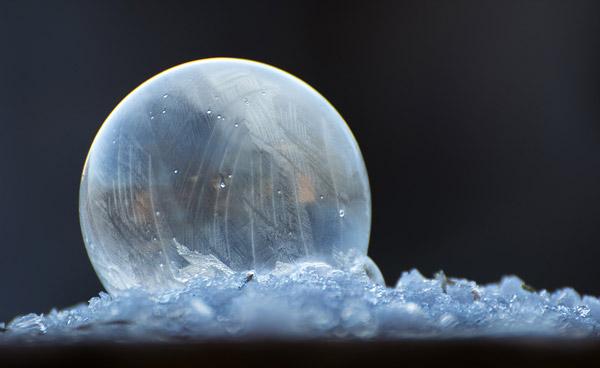 Das Foto von Joachim Mayr (Pixabay) zeigt eine gefrorene Luftblase.